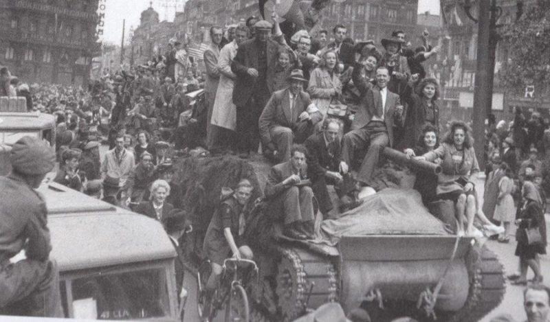 Жители Антверпена встречают войска 11-й британской танковой дивизией. Сентябрь 1944 г.