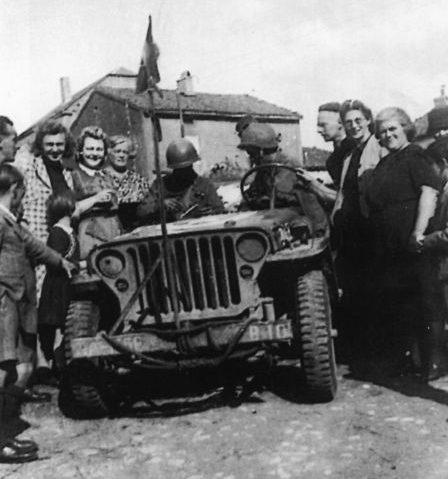 Горожане Тиелта встречают воинов 1-й польской танковой дивизии. Сентябрь 1944 г.