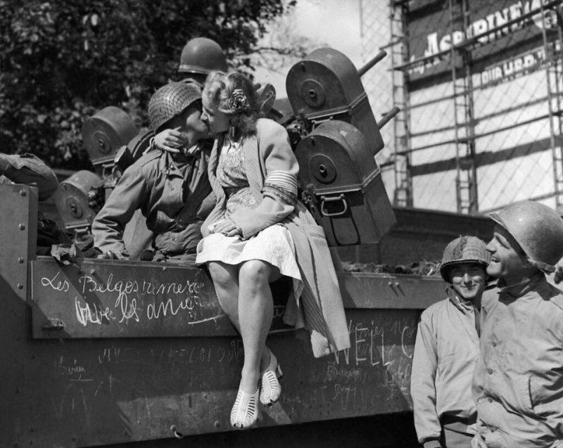 Бельгийская девушка целует американского зенитчика после освобождения Льежа. Сентябрь 1944 г.