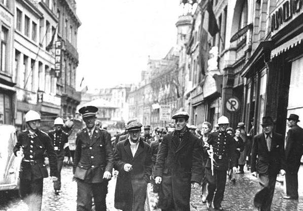 Члены бельгийской группы сопротивления задержали мирных жителей, обвиняемых в сотрудничестве с нацистами в Монсе. Сентябрь 1944 г.