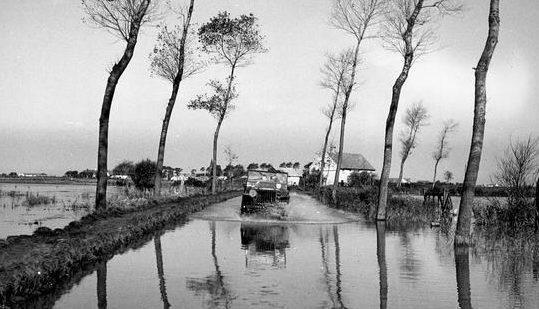 Затопленный участок дороги возле Остенде. Сентябрь 1944 г.
