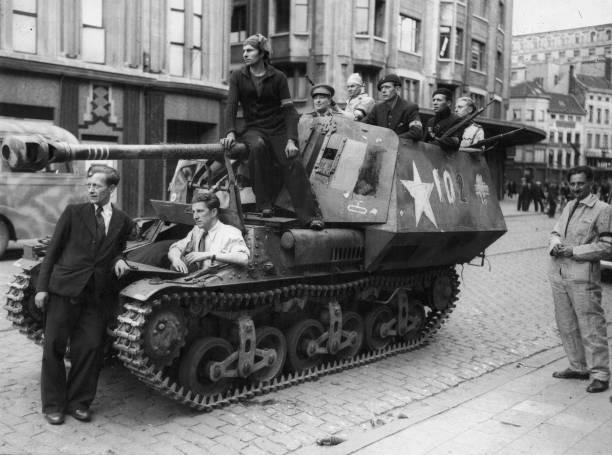 Бойцы Сопротивления у трофейной САУ. Антверпен, сентябрь 1944 г.