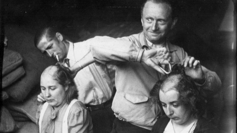 Наказание «патриотами» женщин, сожительствовавших с немцами. Сентябрь 1944 г.