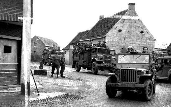 Машины 3-й канадской пехотной дивизии движутся через Бокхут. Октябрь 1944 г.