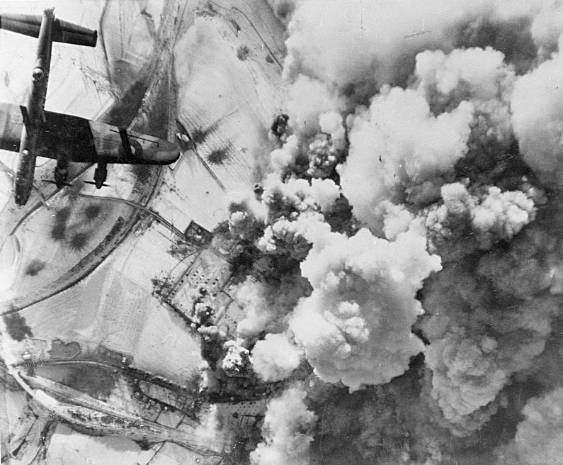 Бомбардировщики Avro Lancaster Королевских ВВС атакуют бельгийский город Сен-Вит в Арденнах. Декабрь 1944 г.