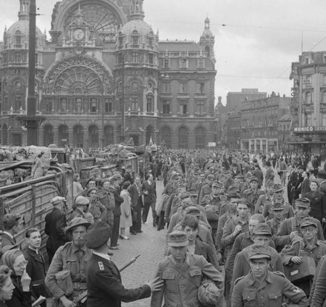 Немецкие военнопленные у Центрального вокзала Антверпена. 1944 г.