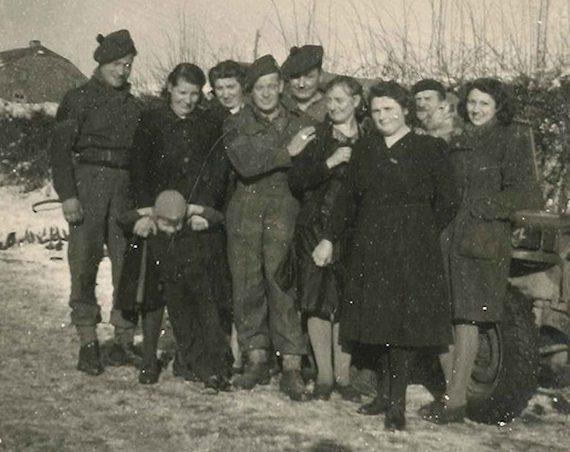 Мирные жители вместе с шотландскими освободителями в Миершаме. Январь 1945 г.
