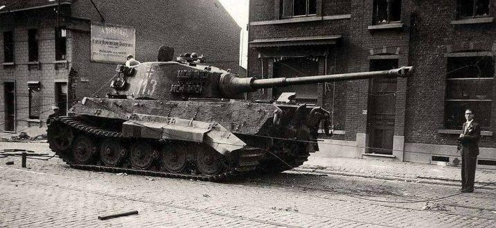 Немецкий танк «Tiger II», брошенный в городке Жемаппе. Февраль 1945 г.