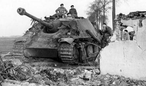 Солдаты 1-й польской бронетанковой дивизии у «Jagdpanther» в Хехтеле. Февраль 1945 г.