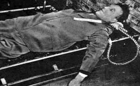 Тело Артура Зейсс-Инкварта после казни. 16 октября 1946 г.