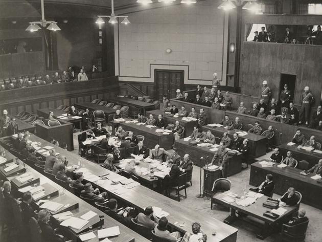 Майор Бен Брюс Блейкенли, адвокат защиты, выступает перед судом Международного трибунала. 1946 г.