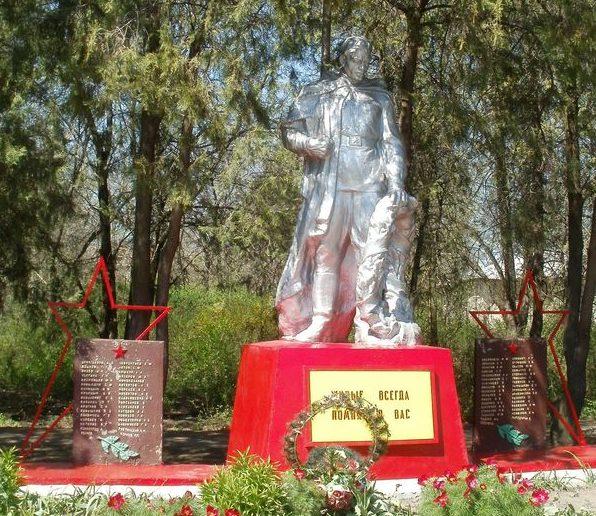 п. Акимовка. Памятник, установленный на братской могиле, в которой похоронено 192 советских воинов, в т.ч. 91 неизвестный, погибших в боях за поселок в октябре-ноябре 1943 г.