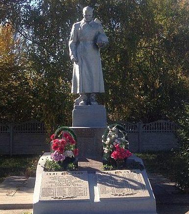 с. Августиновка Запорожского р-на. Памятник, установленный на братской могиле, в которой похоронено 13 советских воинов и памятный знак погибшим односельчанам.