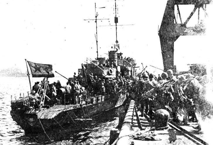 Погрузка десанта на сторожевой корабль «Метель».