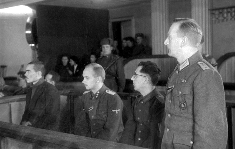Подсудимые (справа налево): В. Лангхельд, Р. Рецлав, Г. Риц, М.Н. Буланов.