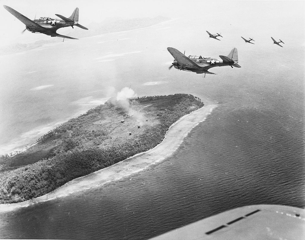 Пикирующие бомбардировщики Douglas SBD-5 над японскими объектами на острове Парам, атолл Трук.