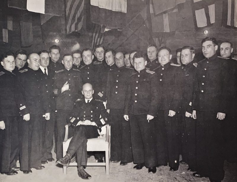 Контр-адмирал Борис Попов и советские офицеры, прибывшие за получением 180 кораблей США в Колд-Бэй на Аляске, согласно «Проекту Хула». Апрель 1945 г.