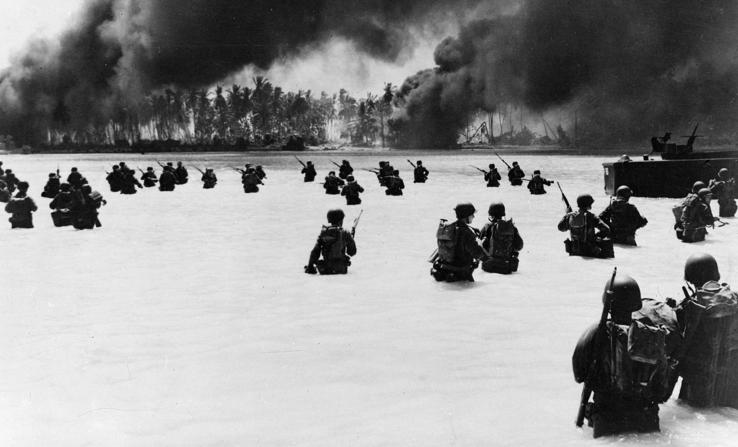 Войска 165-го пехотного полка высаживаются на берег острова Бутаритари.