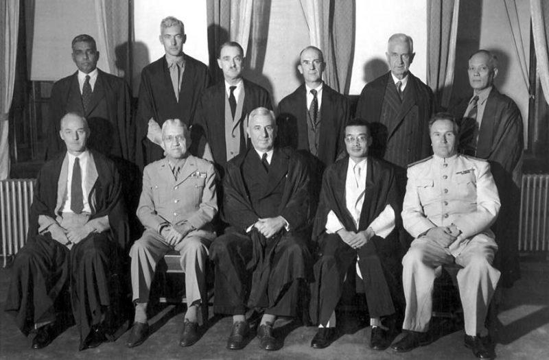Судьи Международного трибунала по Дальнему Востоку. Задний ряд слева направо: Радхабинод Пал (Индия), Берт Релинг (Нидерланды), Эдвард Стюарт Макдугалл (Канада), Анри Бернар (Франция), Эрима Харви Норткрофт (Новая Зеландия), Дельфин Харанилья (Филиппины). В первом ряду слева направо: лорд Патрик (Великобритания), Майрон К. Крамер (США), сэр Уильям Уэбб (Австралия), Мэй Цзю-ао (Китай), И.М. Зарянов (Советский Союз). 1946 г.