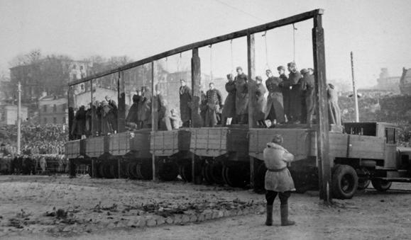 Казнь осужденных на площади Калинина.