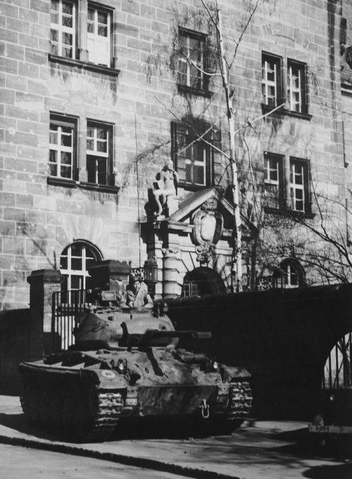 Танк охраняет вход во Дворец правосудия в Нюрнберге. 1945 г.