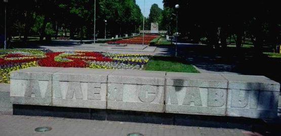 Стелы на входе на мемориал.