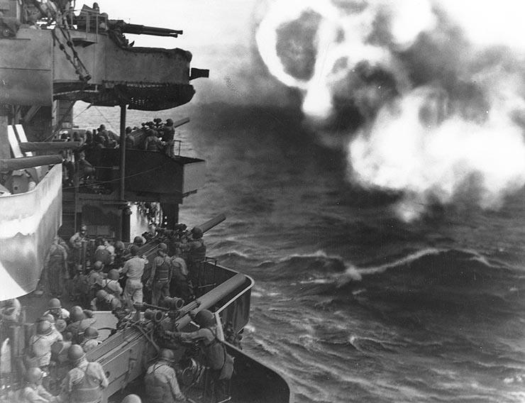 Тяжелый крейсер ВМС США « Миннеаполис» обстреливает атолл.