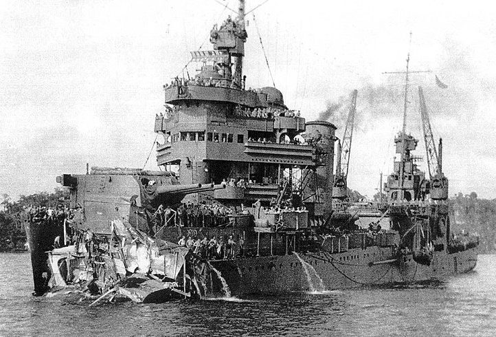 Крейсер «Нью-Орлеан» после боя с оторванным носом до второй башни.