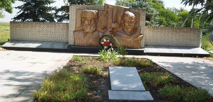 с. Веселое Запорожского р-на. Памятник погибшим односельчанам.