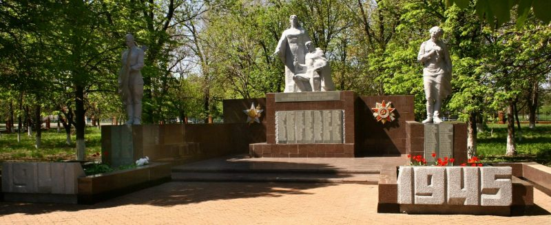 с. Терноватое Новониколаевского р-на. Памятник, установленный на братской могиле, в которой похоронено 63 советских воина.