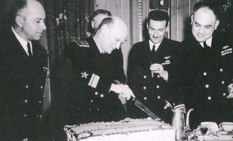 Контр-адмирал Борис Дмитриевич Попов и капитан Уильям Стюарт Максвелл (справа).