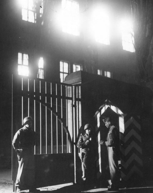 Входные ворота во Дворец правосудия в Нюрнберге. 1945 г.