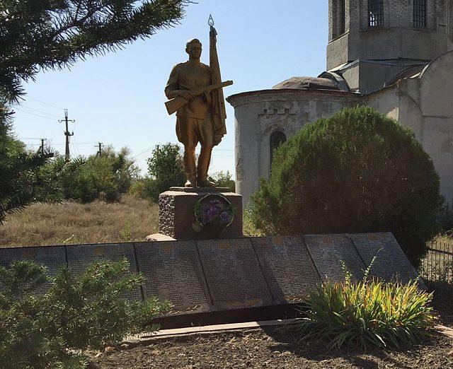 с. Веселянка Запорожского р-на. Памятник, установленный на братской могиле, в которой похоронено 80 советских воинов 279-й Лисичанской стрелковой дивизии.