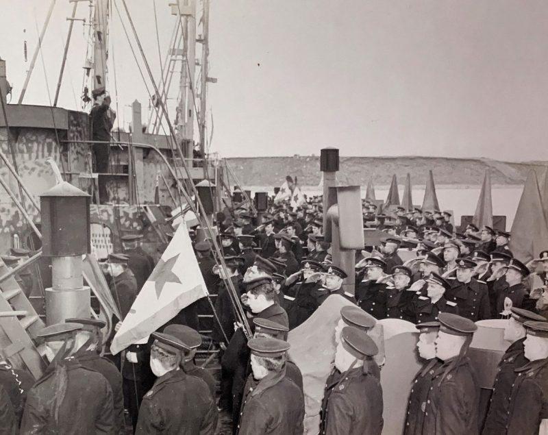 Церемония поднятия советского военно-морского флага на кораблях, передаваемых США в Холодной бухте.