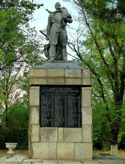 с. Белогорье Ореховского р-на. Памятник погибшим землякам - жителям сел Белогорского сельсовета.