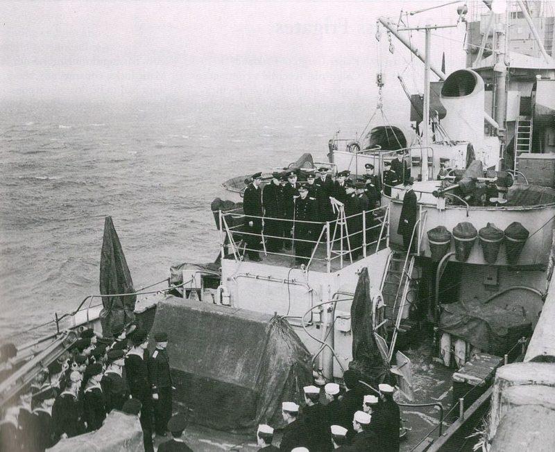 Контр-адмирал Попов на борту тральщика «Admirable» во время церемонии передачи корабля. 22 мая 1945 г.