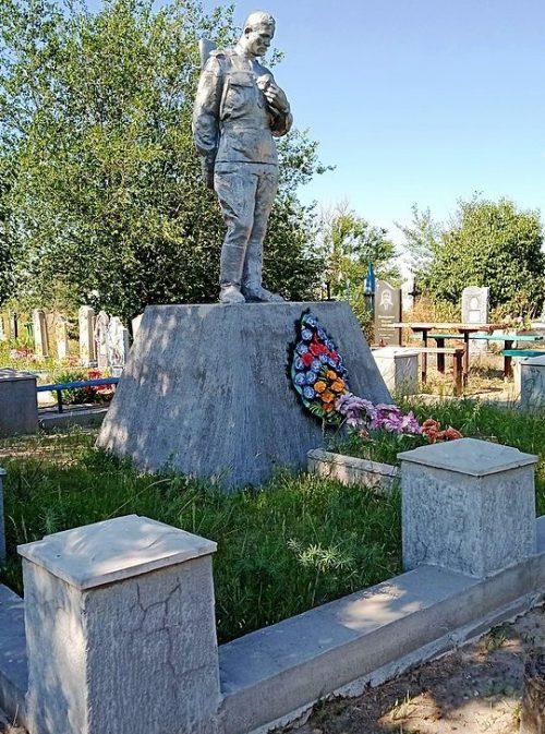 с. Белогорье Ореховского р-на. Памятник на кладбище, установленный на братской могиле, в которой похоронено 33 советских воина.