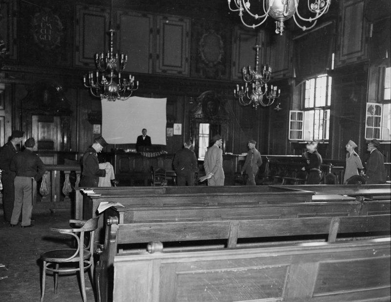 Зал суда во Дворец правосудия в Нюрнберге до ремонта. 1945 г.