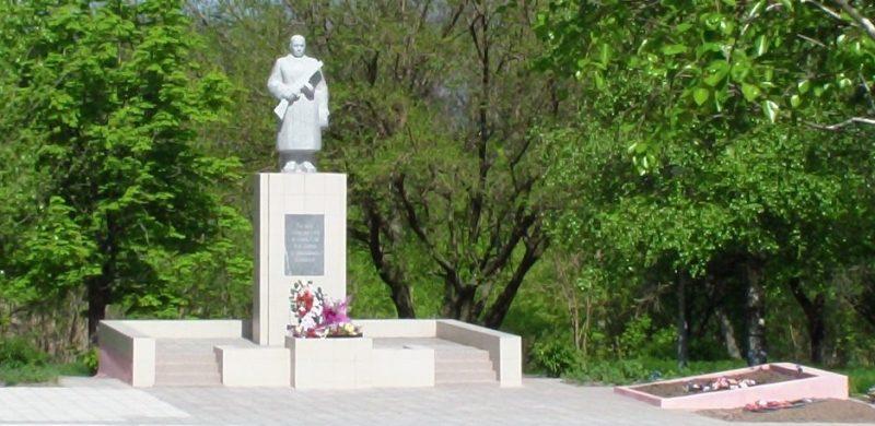 с. Днепрорудное Васильевского р-на. Памятник советским воинам и могила неизвестных солдат погибших в годы войны.