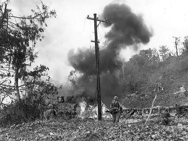 Огнемётчик выжигает растительность (прикрытие для японских солдат).