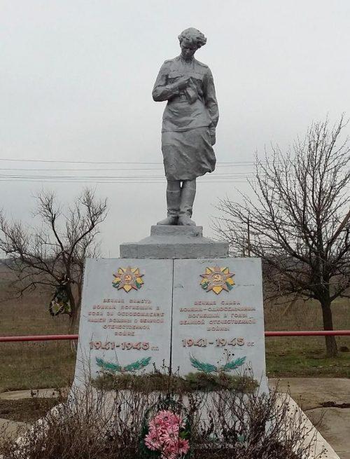 с. Большая Терновка Акимовского р-на. Памятник, установленный на братской могиле, в которой похоронено 102 советских воина.