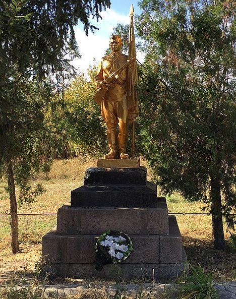 с. Григорьевка Запорожского р-на. Памятник, установленный на братской могиле, в которой похоронено 322 советских воина и памятник воинам-односельчанам.