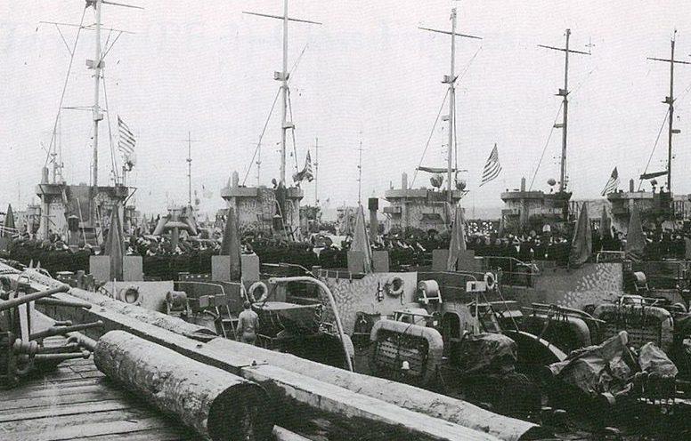 Спуск флагов ВМС США на кораблях LCI (L) для передачи СССР.