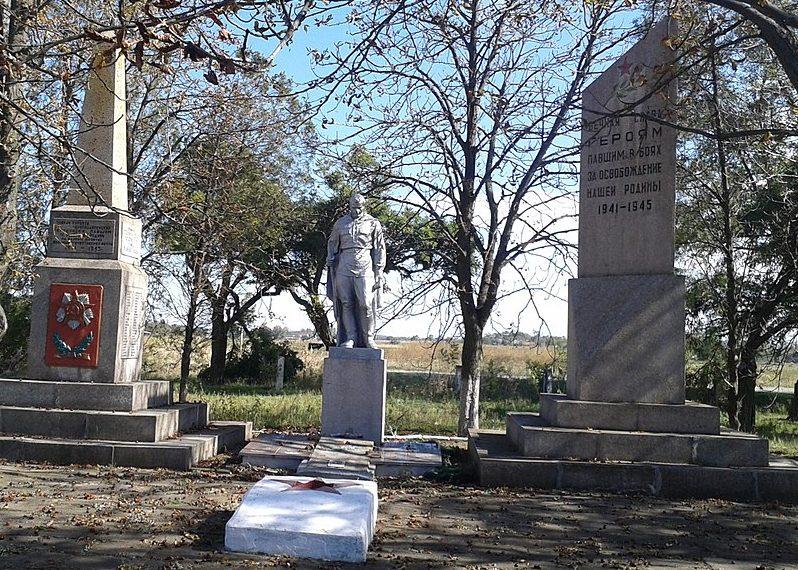 с. Долинка Васильевского р-на. Памятник, установленный на братской могиле, в которой похоронено 178 советских воинов и памятник воинам-односельчанам.