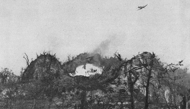 Самолёт атакует японский бункер напалмовыми бомбами.