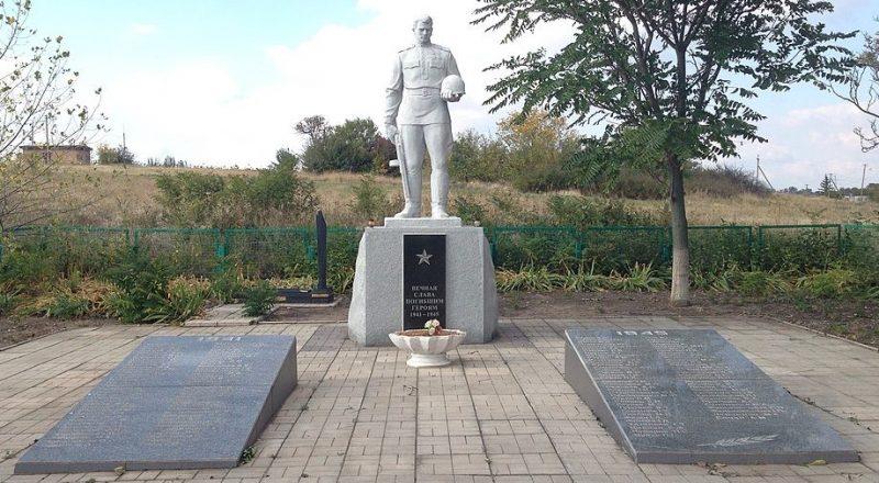 с. Долинское Запорожского р-на. Памятник, установленный на братской могиле, в которой похоронено 72 советских воина и памятник воинам-односельчанам.