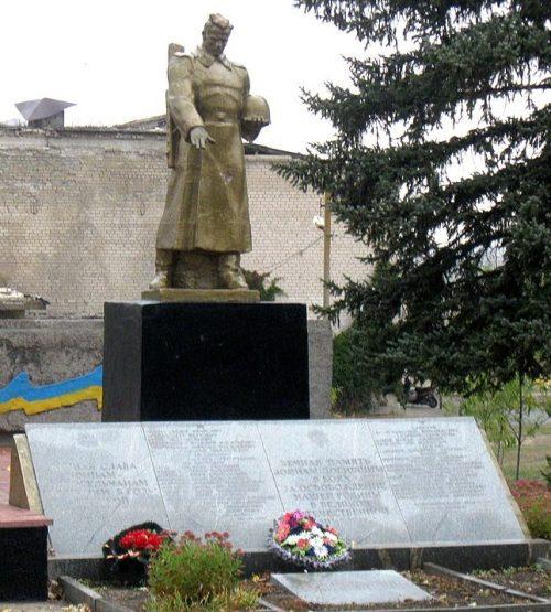 п. Заречное (Димитров) Ореховского р-на. Памятник у школы, установленный на братской могиле, в которой похоронено 27 советских воинов и памятник погибшим односельчанам.