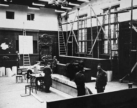 Переоборудование зала судебных заседаний Нюрнбергского Дворца правосудия в рамках подготовки к Нюрнбергскому процессу. 1945 г.