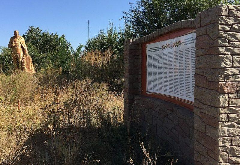 с. Запорожец Запорожского р-на. Памятник, установленный на братской могиле, в которой похоронено 231 советский воин и памятник воинам-односельчанам.