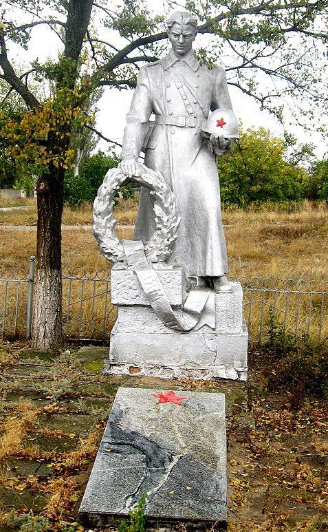 п. Камышеваха Ореховского р-на. Братская могила 4 советских воинов.